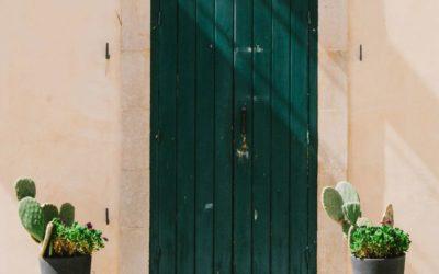 3 puertas perfectas para proteger tu casa este verano