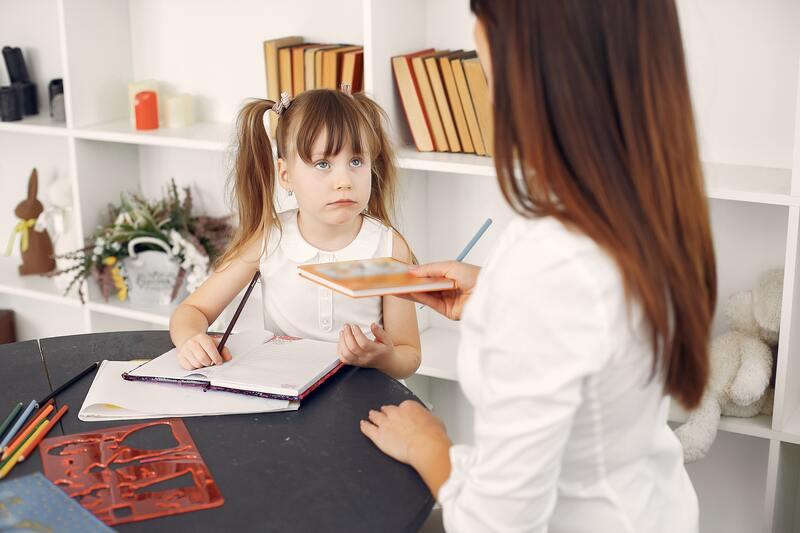 nina-haciendo-deberes-con-madre